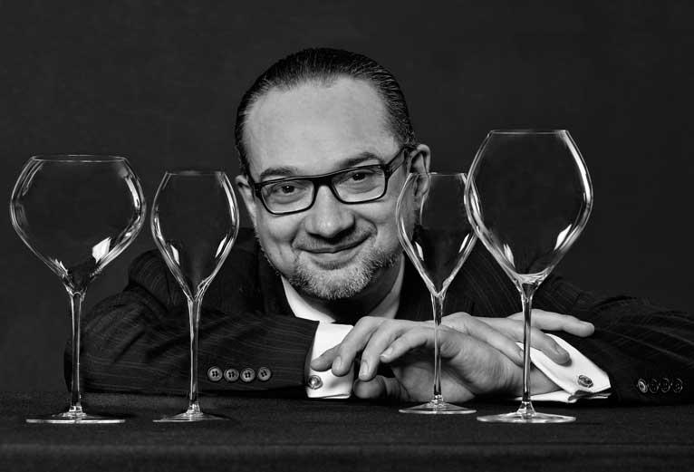 Philippe Jamessé posa ante los cuatro modelos de la colección Jamessé Prestige, sopladas a boca
