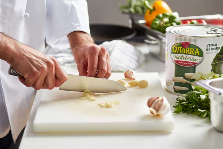 Chef cortando ajos