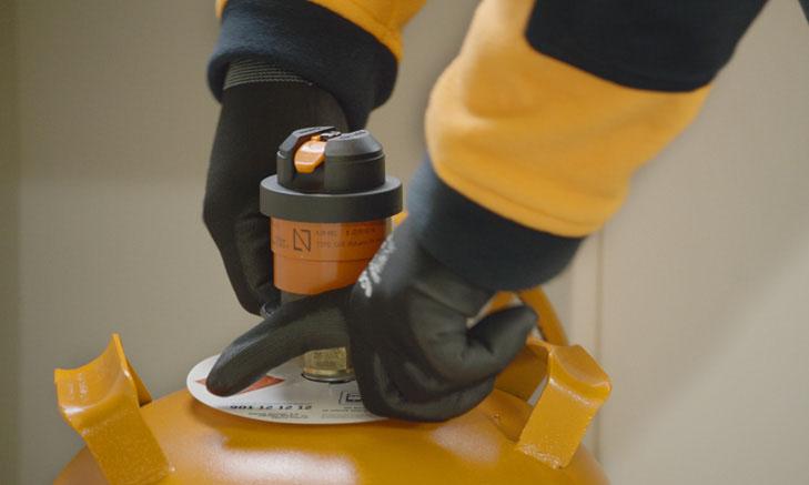 Técnico de Repsol realizando la revisión del gas