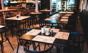 Mesas de restaurante vacías