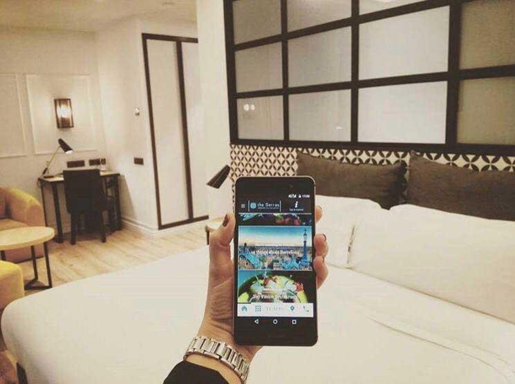 Handy en una habitación del hotel The Serras Barcelona