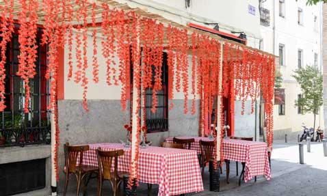 La fachada decorada de Taberna Mariano
