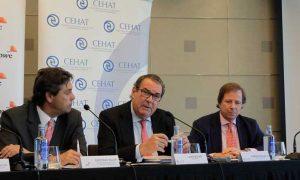 De izda. a dcha., Cayetano Soler (PwC), Juan Molas (presidente Cehat) y Ramón Estalella (secretario general Cehat)