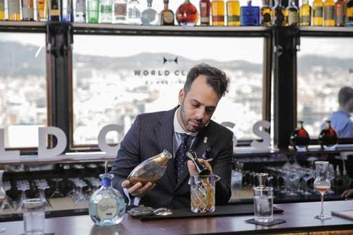 Ángel Arruñada, en plena elaboración de un cóctel