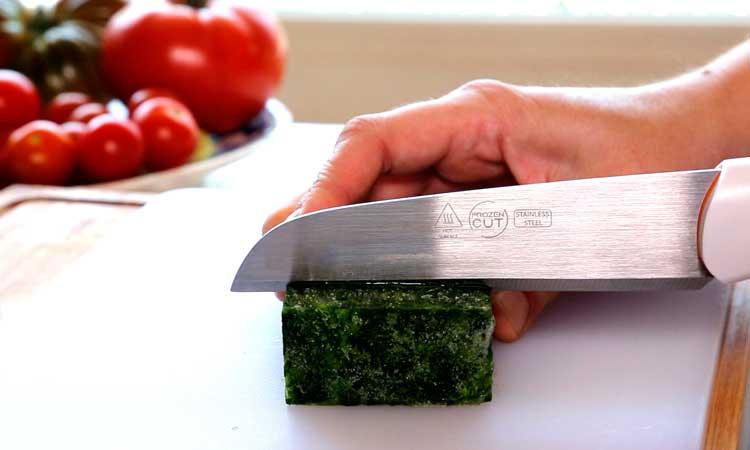 Cuchillo Frozen Cut cortando espinacas congeladas