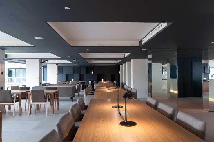Espacios de trabajo integrados en el propio lobby del hotel Innside Palma Bosque