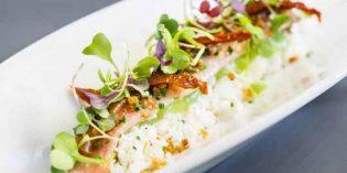 Anguila ahumada con ricotta, tomates secos, brotes tiernos y quinoa crispy, de Bacira