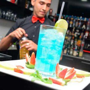 Barman con cóctel