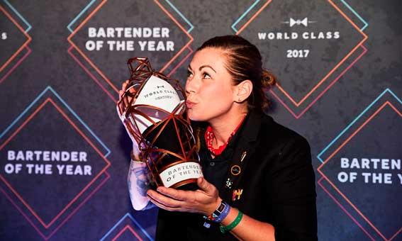 Kaitlyn Stewart besa el trofeo que la corona como mejor bartender del mundo