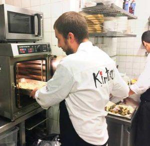 Iván Abril, con el horno Muchef en la cocina de Kimtxu (Bilbao)