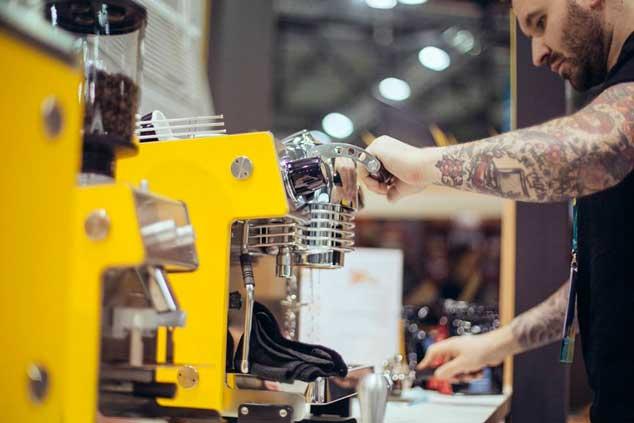 Barista trabajando con las máquinas de café MIna