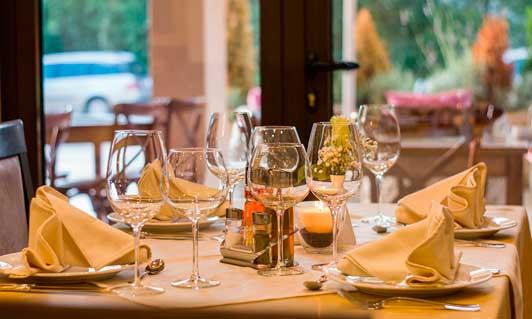 Mesa de restaurantevestida