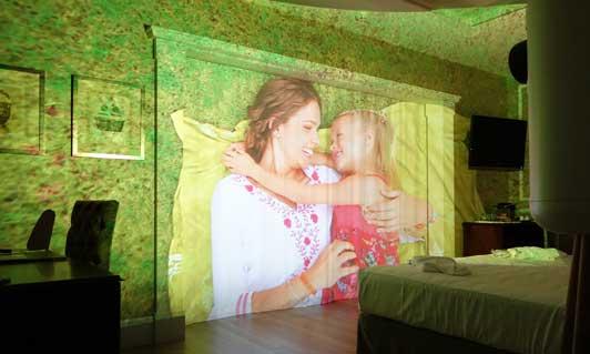 Experiencias inmersivas envolventes en una suite del hotel Catalonia Passeig de Gracia