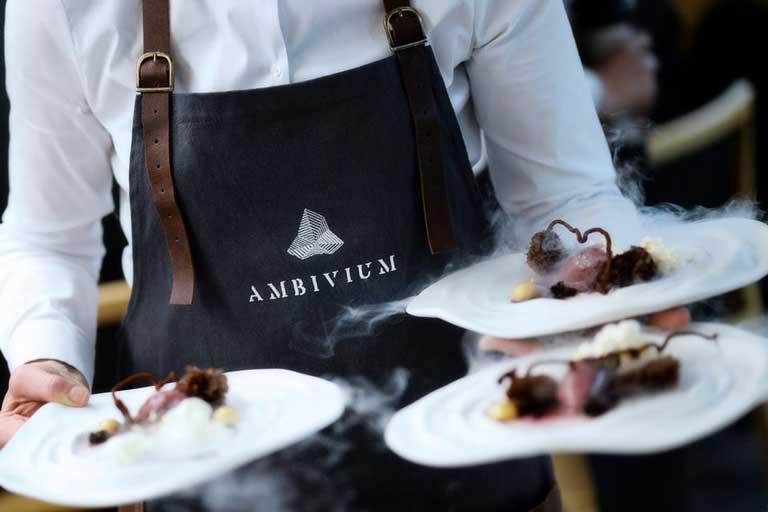 Camarero del restaurante Ambivium con delantal Qooqer