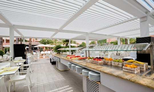 Pérgola bioclimática Saxun en el buffet del hotel Oliva Nova Beach & Golf Resort, en Oliva (Valencia)