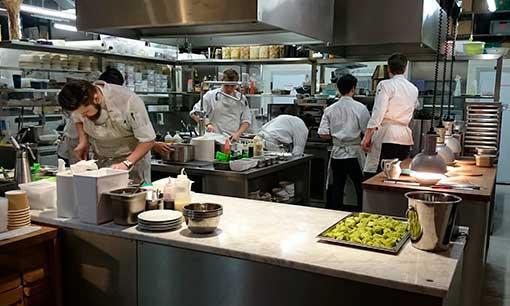 Cocina indistrial con cocineros