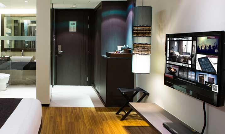 Sistema Showcases de Movilok en habitación de un hotel