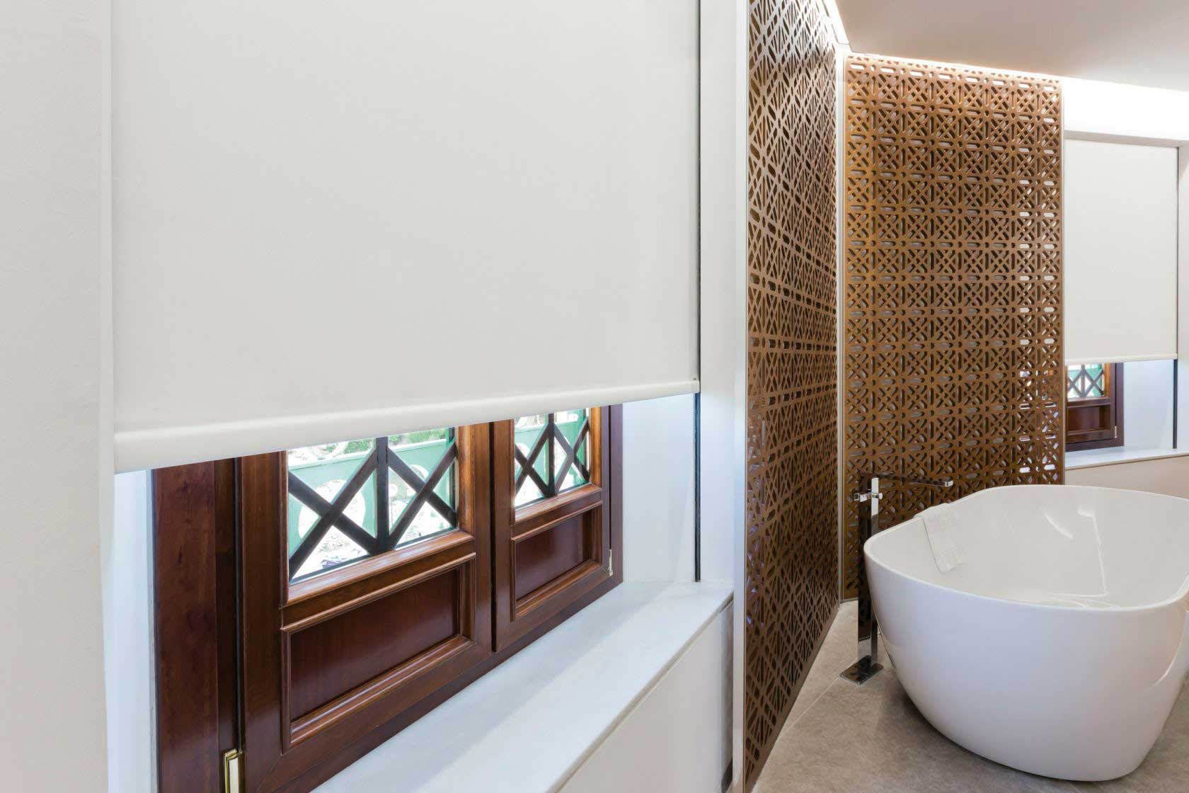 Detalle del estor enrollable en la suite del hotel Alhambra Palace