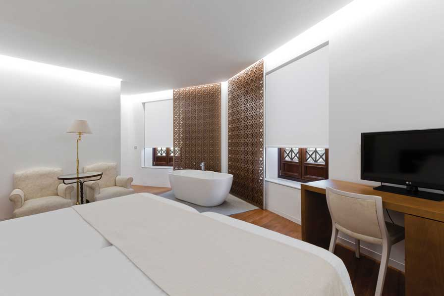 Suite de hotel Alhambra Palace con estores Saxun