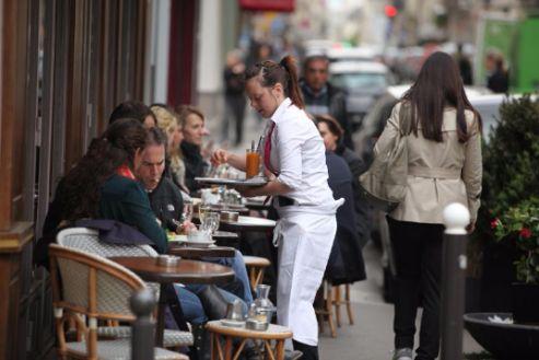profesional horeca, consumiendo en una terraza de un bar