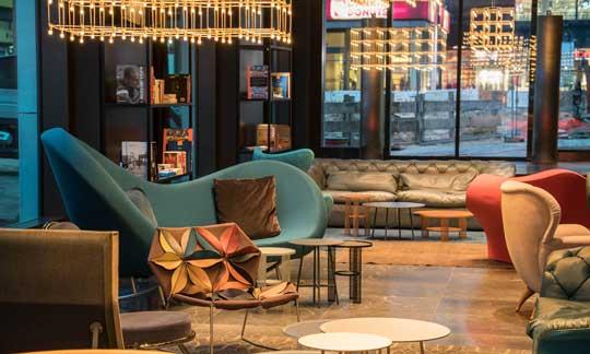 El espectacular lounge del hotel, con colorista mobiliario de diseño italiano