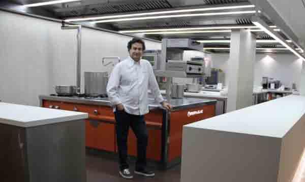 Pepe Rodríguez posa en su flamante y nueva cocina, obra de Repagas