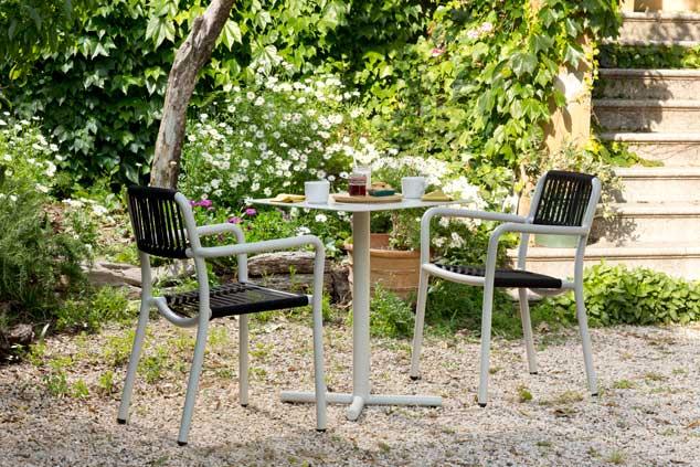 Sillas y mesas de la colección Bold - mobiliario de exterior