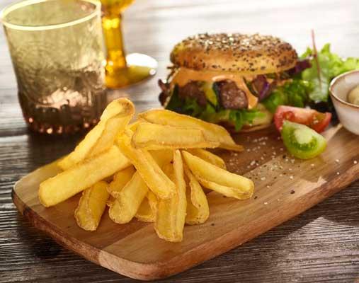 Patatas Fry'n Dip skin-on de McCain junto a hamburguesa