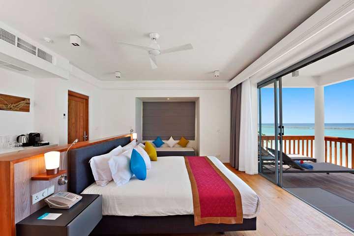 Luz y un toque de color en esta habitación del hotel Kuramati, en Maldivas, vestido por Resuinsa
