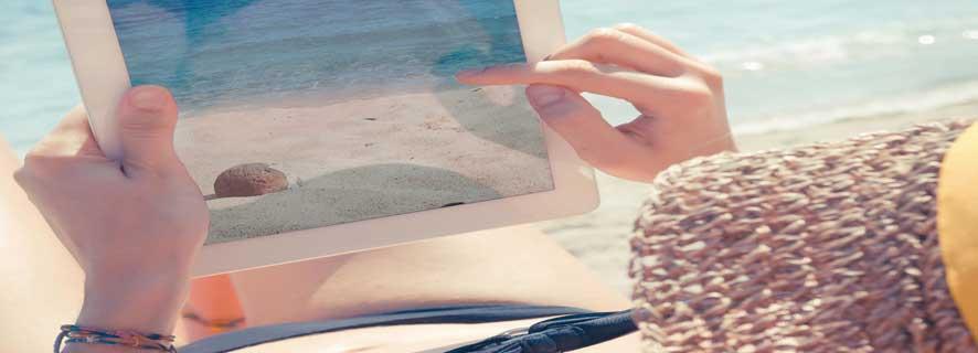 Usando una tablet en la playa