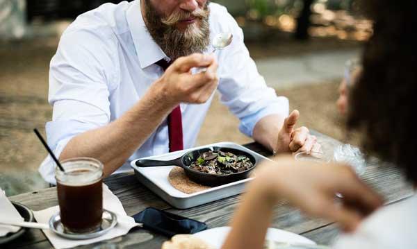 Empleados comiendo en un restaurante - cheques de comida - vales de comida