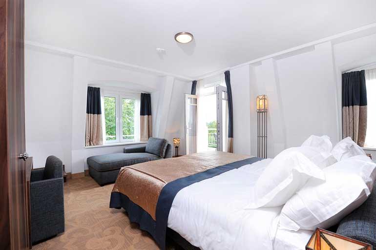 Una acogedora cama con textiles de Resuinsa en el Gran Hotel Ter Duin (Holanda)
