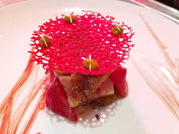 a Papada de cerdo ibérico curada con piquillo asado, yema de huevo y trufa, de Mario Sandoval