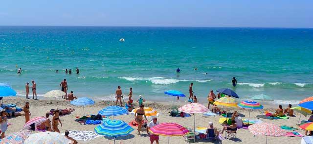 Profesionalhoreca, turistas en una playa