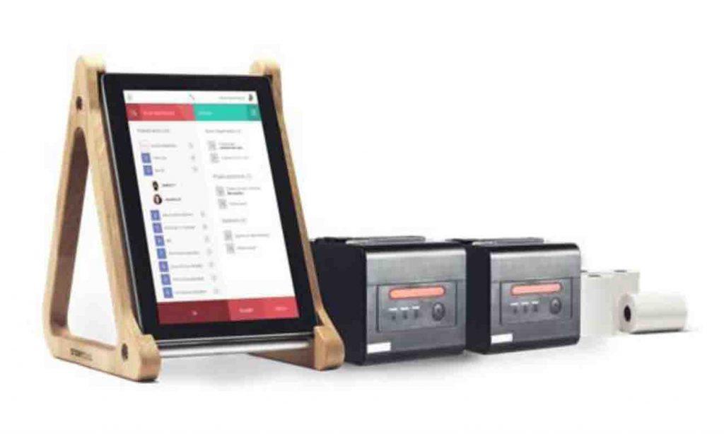 La tablet de Storyous, ligera, compacta y fácil de manejar, incluye un soporte en madera.