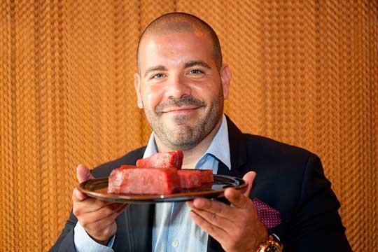 Josep Comas Arrom con un corte de atún rojo