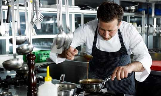 Chef trabajando en la cocina de un restaurante