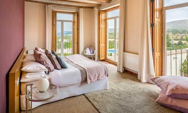 Habitación vestida con textiles de la colección Spring Rose delservicio Atelier de Resuinsa by Carmela Martí