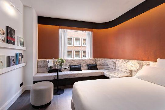Líneas curvas y elegantes en una de las habitaciones del nuevo hotel Pavilions Madrid