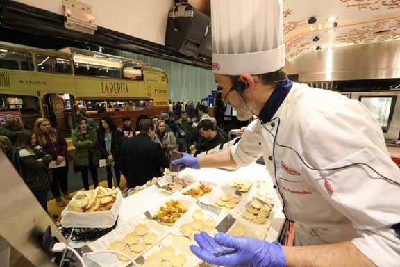 Chef de Rational cocinando en un food truck en el Food Truck Forum