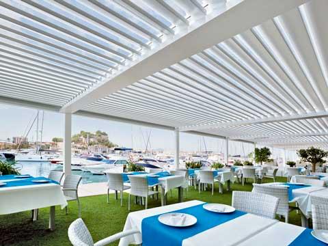 Terraza de restaurante con pérgola bioclimática Saxun