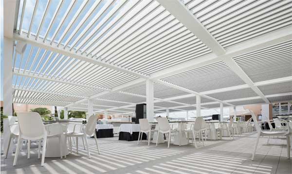 Pérgola bioclimática Saxun en el buffet del hotel Oliva Nova