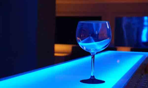 Copa en la barra iluminada de un pub o discoteca