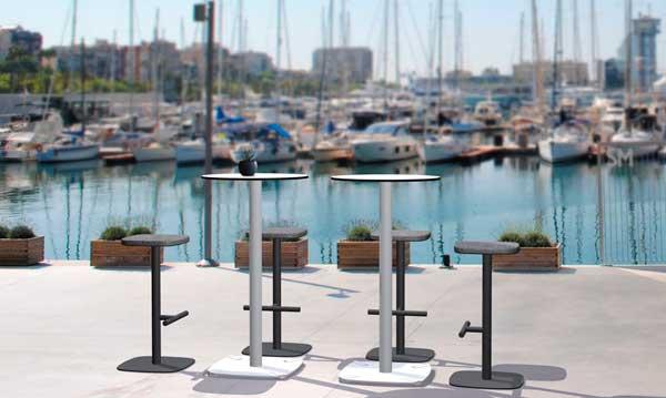 Mesas altas de de esTABLEes en un puerto