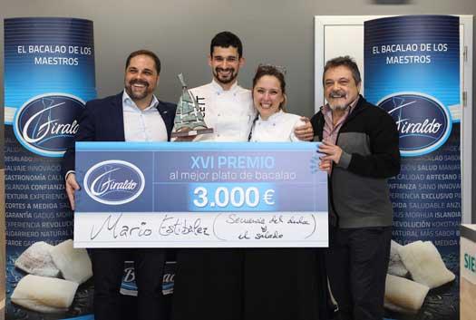 Mario Estibalez recibe el trofeo y el cheque le proclaman ganador del XVIPremio Giraldo al Mejor Plato de Bacalao