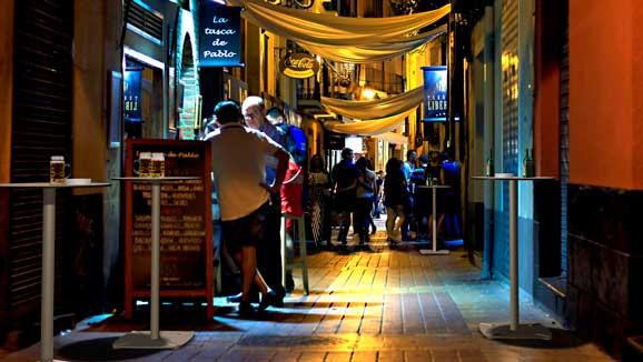 Mesas de esTABLes en una calle de bares