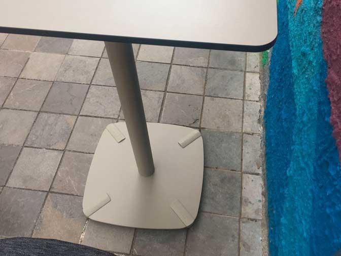 Mesa con pie central de esTABLEes