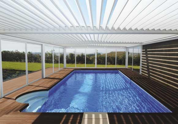 Pérgola bioclimática Saxun cubriendo una piscina de hotel