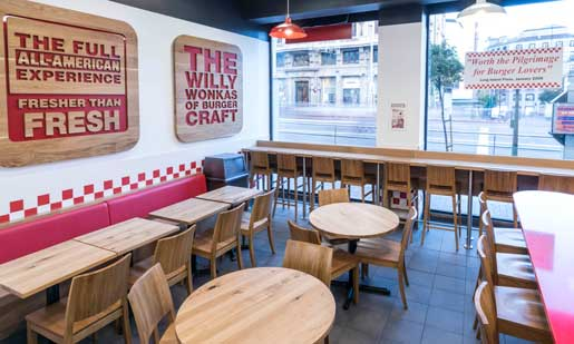 Interior de una hamburguesería Five Guys