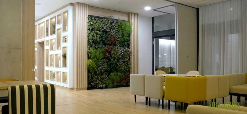 El jard n vertical interior del hotel golden tulip en for Aspersores de riego para jardin